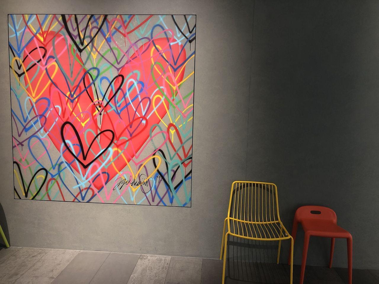 j goldcrownはLAを拠点に活躍中の現代ア-テイストで、こちらのミュージアムをのオープン記念として来日し建物内の「LOVEWALL INSIDE」、建物の外には「LOVEWALL OUTSIDE」を手掛けて頂いたもので、実物を展示されています。