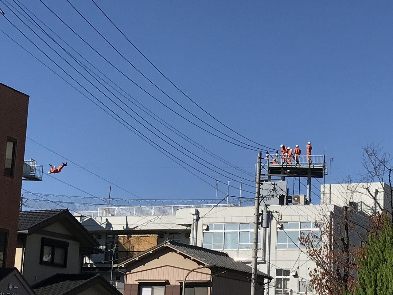 行徳の消防署の屋上で訓練する消防士3