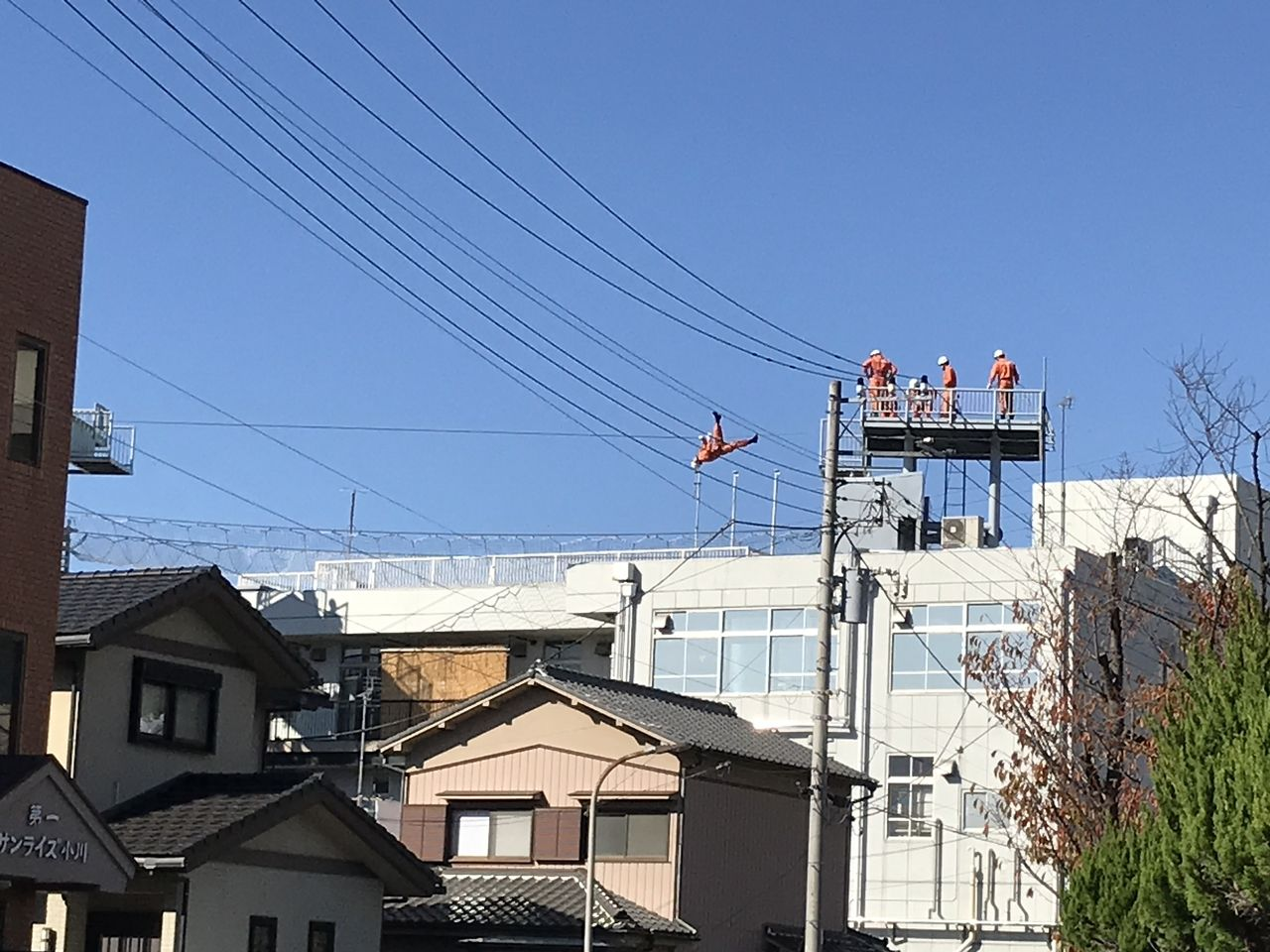 行徳の消防署の屋上で訓練する消防士1
