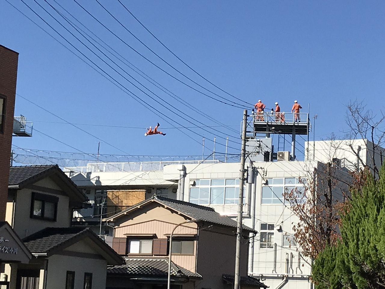 行徳の消防署の屋上で訓練する消防士2