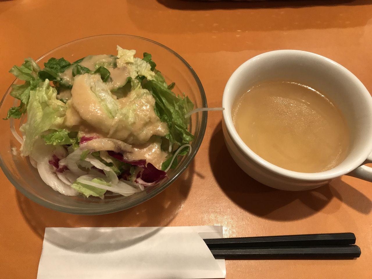 行徳のステーキハウス松木のランチサラダとスープ