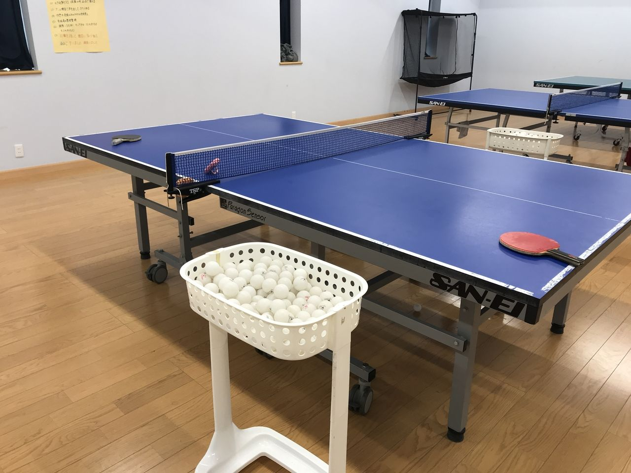行徳のFSC卓球クラブの卓球台と球