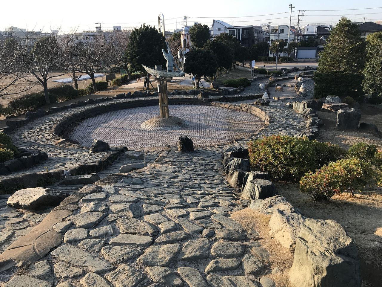南行徳公園の人口のせせらぎの頂上から池を見下ろす
