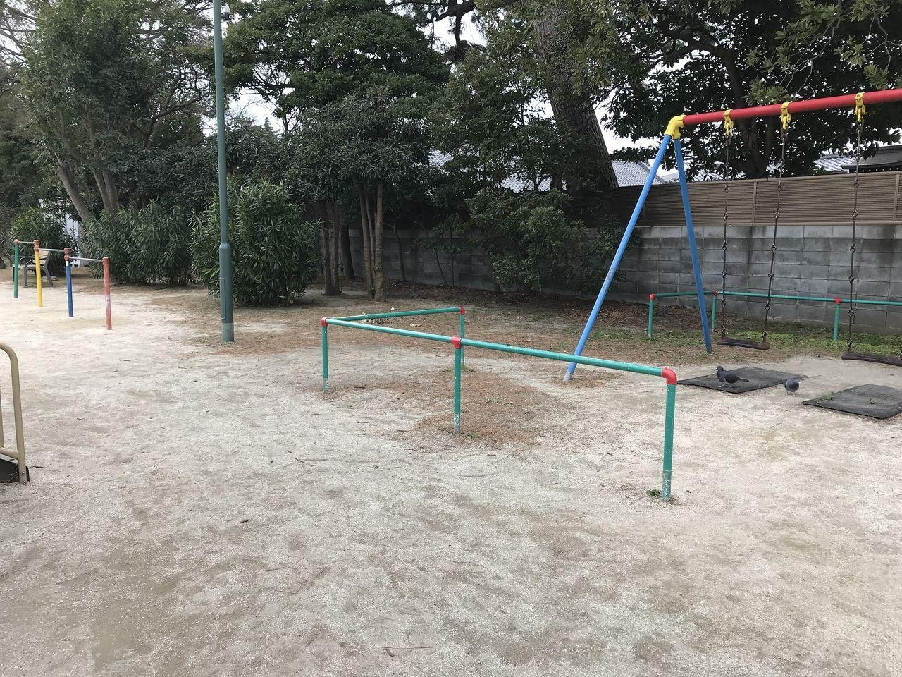行徳の寺町公園の鉄棒とブランコ
