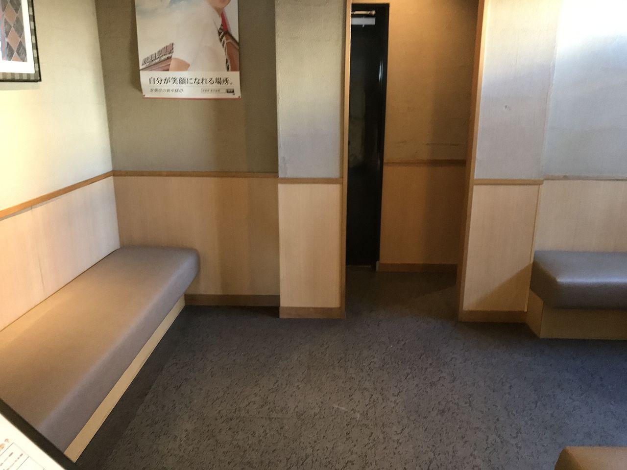 行徳の七輪房の待合室