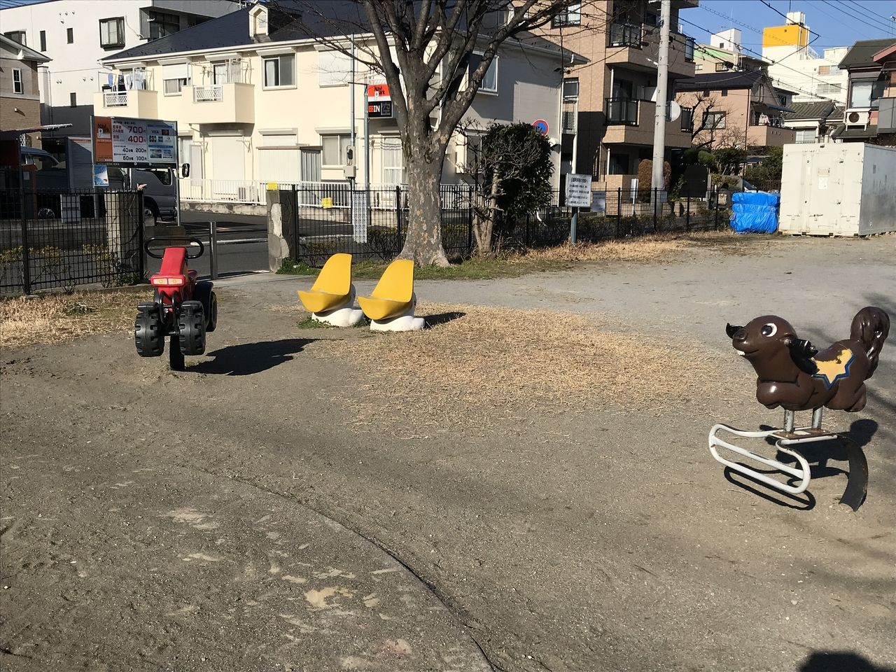 行徳の西浜公園のベンチと乗り物
