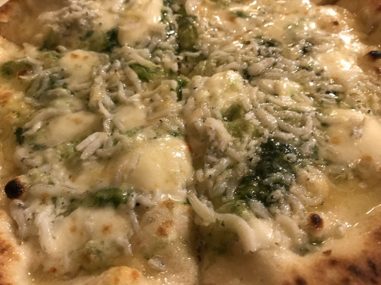 行徳のCAVERNAのしらすピザのアップ
