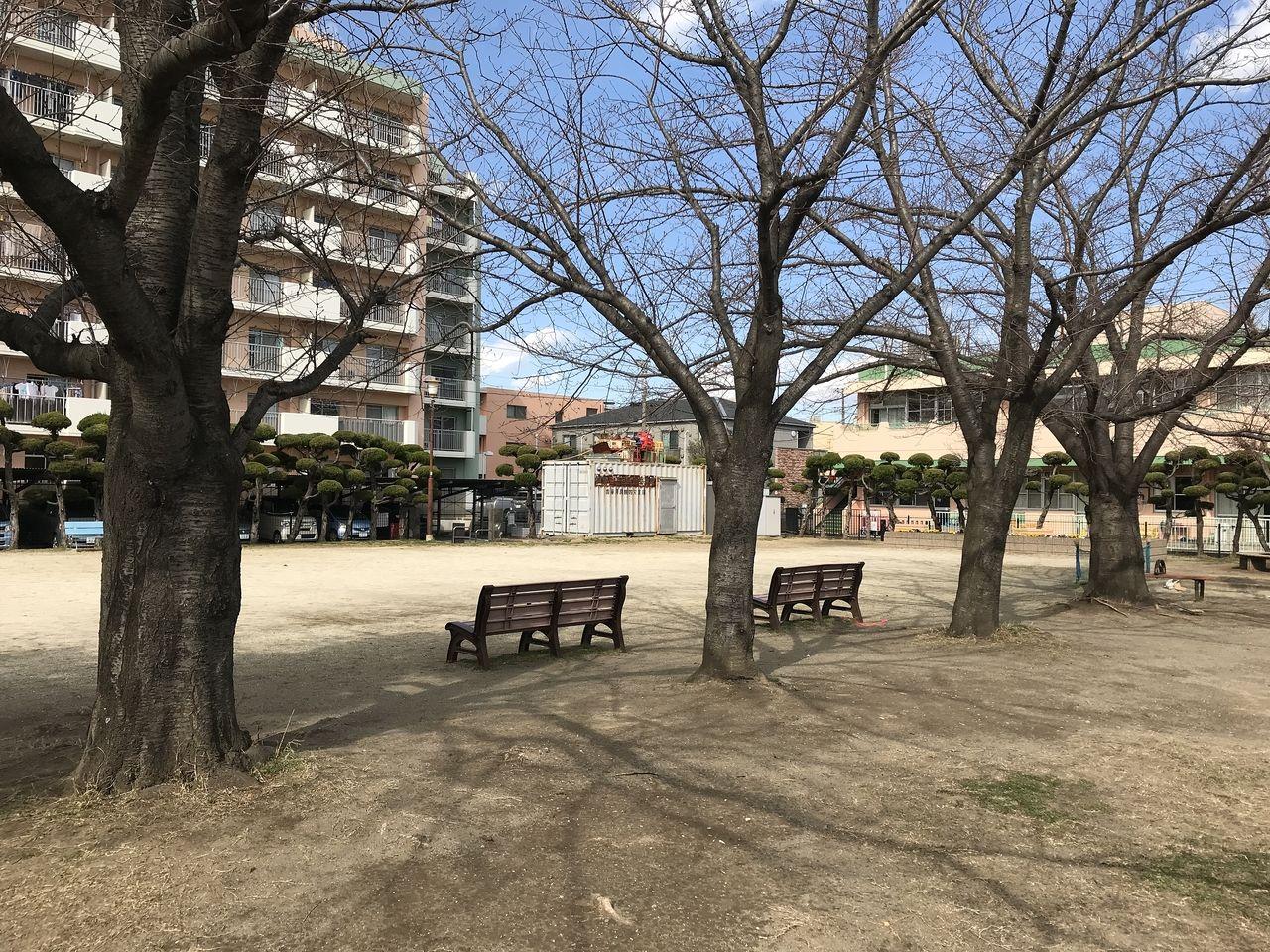 行徳の神輿公園のベンチの背