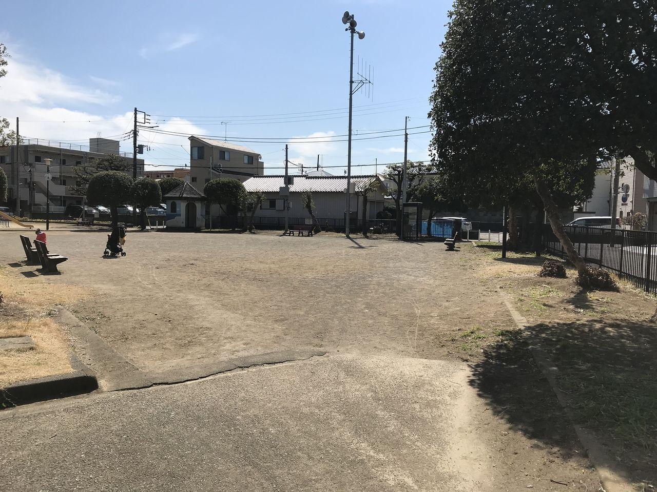 南行徳の蟹田公園の入口から見た広場