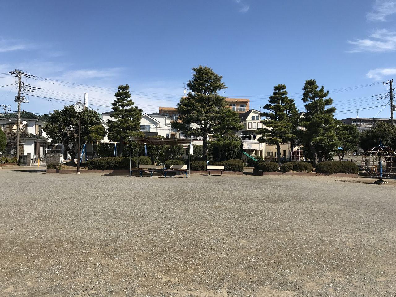 南行徳の相之川公園の広場から遊具の一角を見る