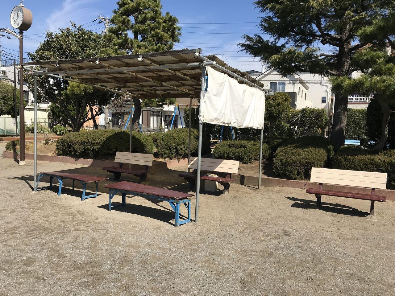 南行徳の相之川公園のベンチの一角