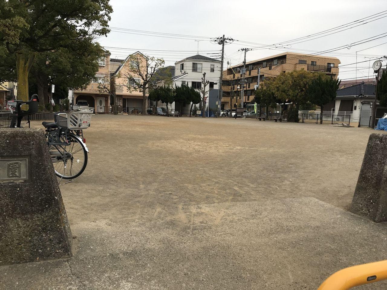 行徳の下道公園の入り口から見た広場