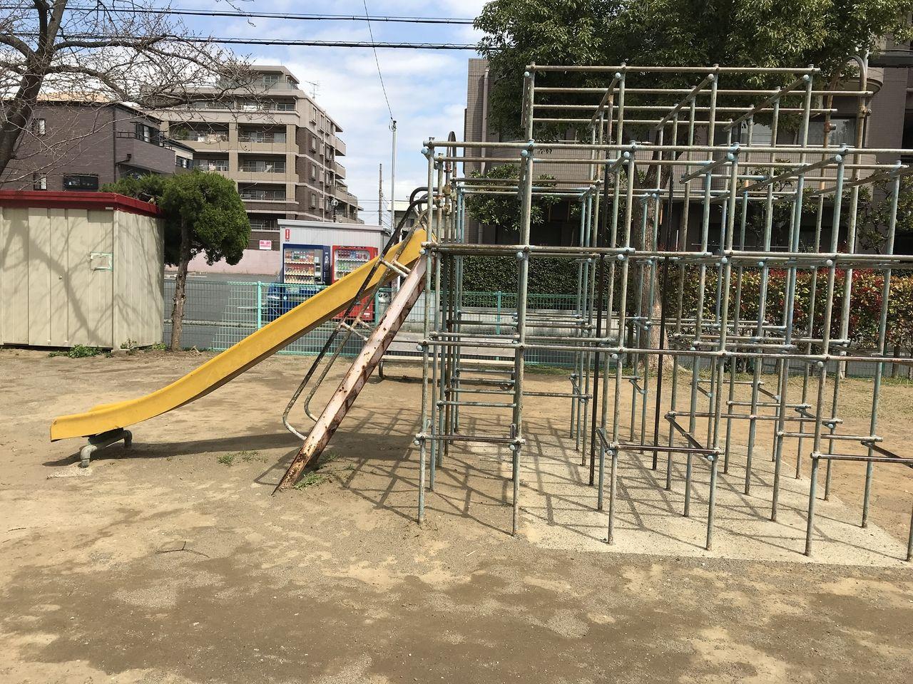 南行徳の湊新田公園のすべり台付きジャングルジム横