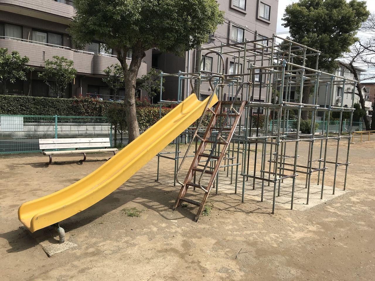 南行徳の湊新田公園のすべり台付きジャングルジムの全容