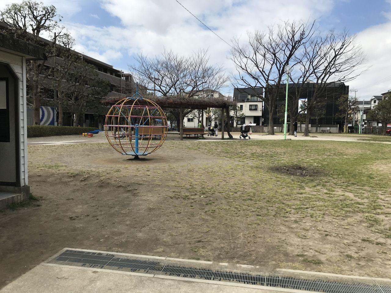 南行徳の中江川添公園の広場