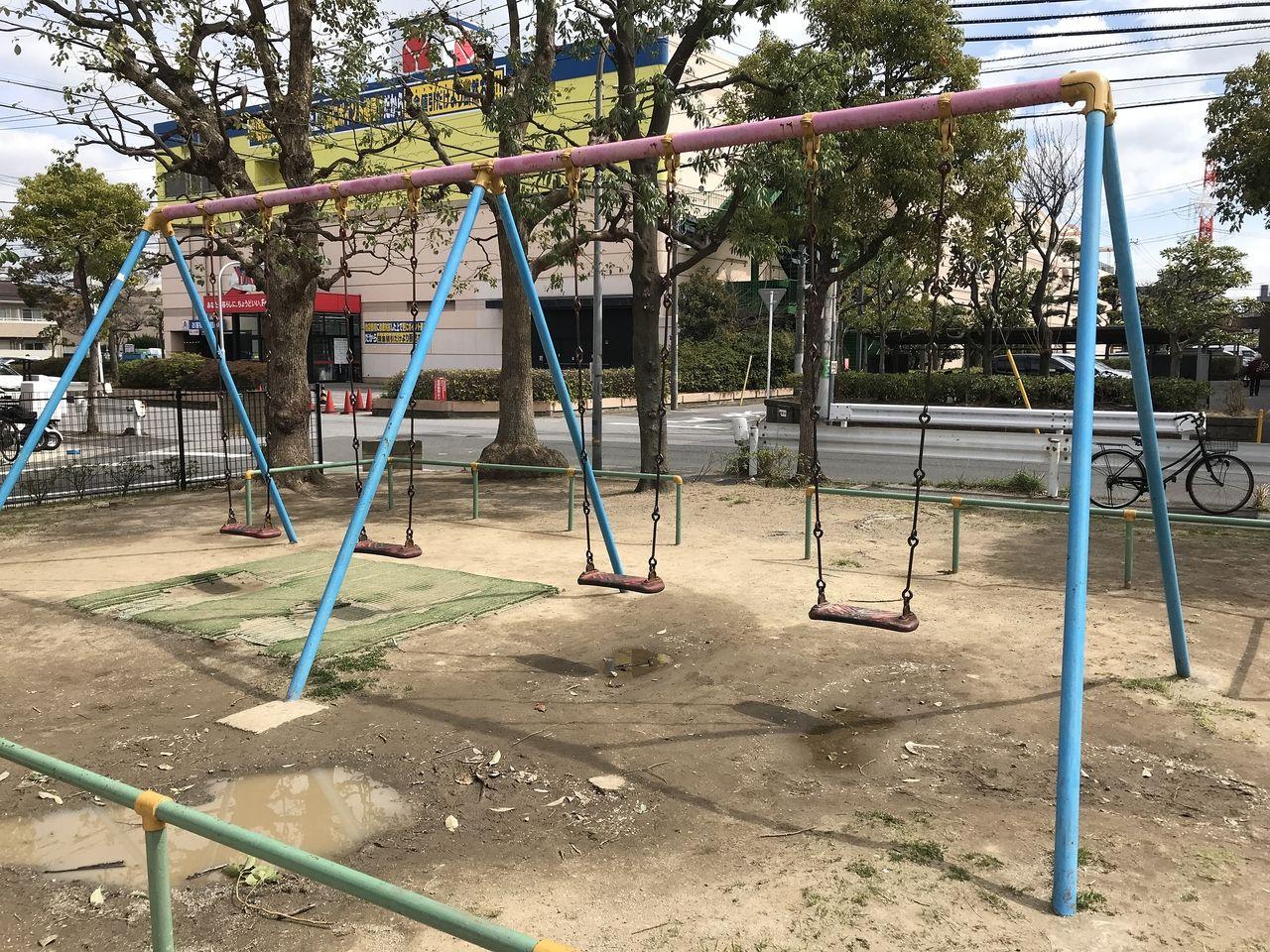 南行徳の中江川添公園のブランコ