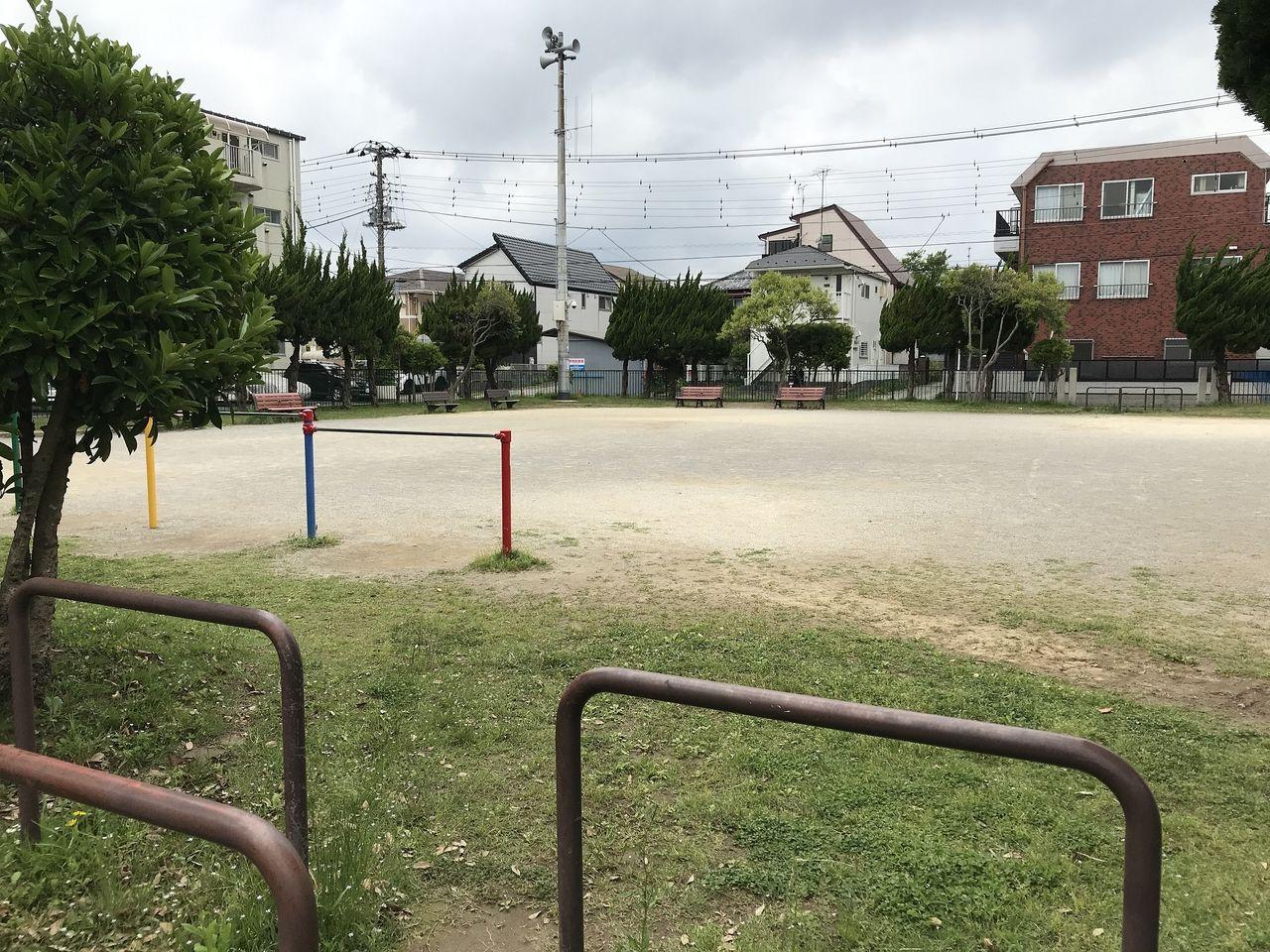 妙典の新宿前公園の広場左