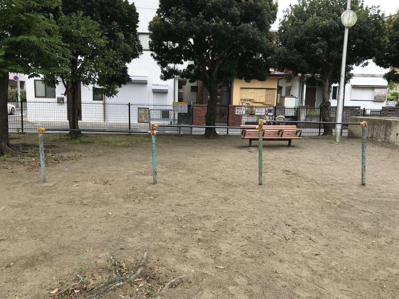 南行徳の東場公園の鉄棒