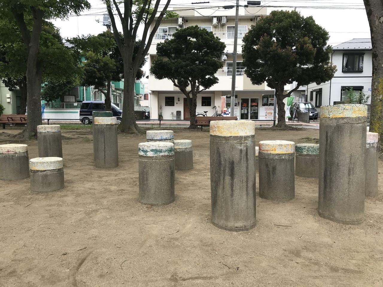 南行徳の東場公園の石の椅子