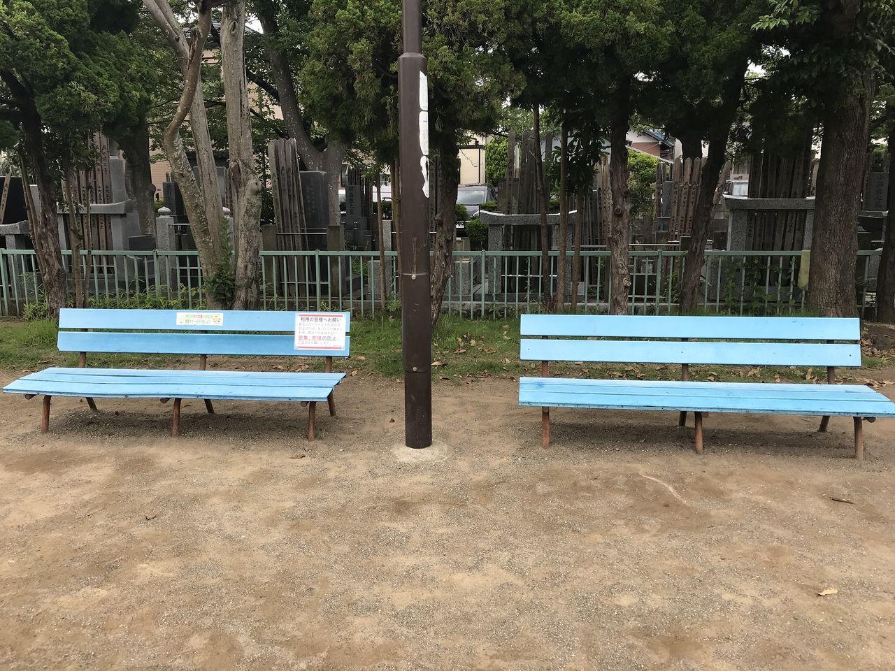 妙典の元新田公園の墓地の前のベンチ