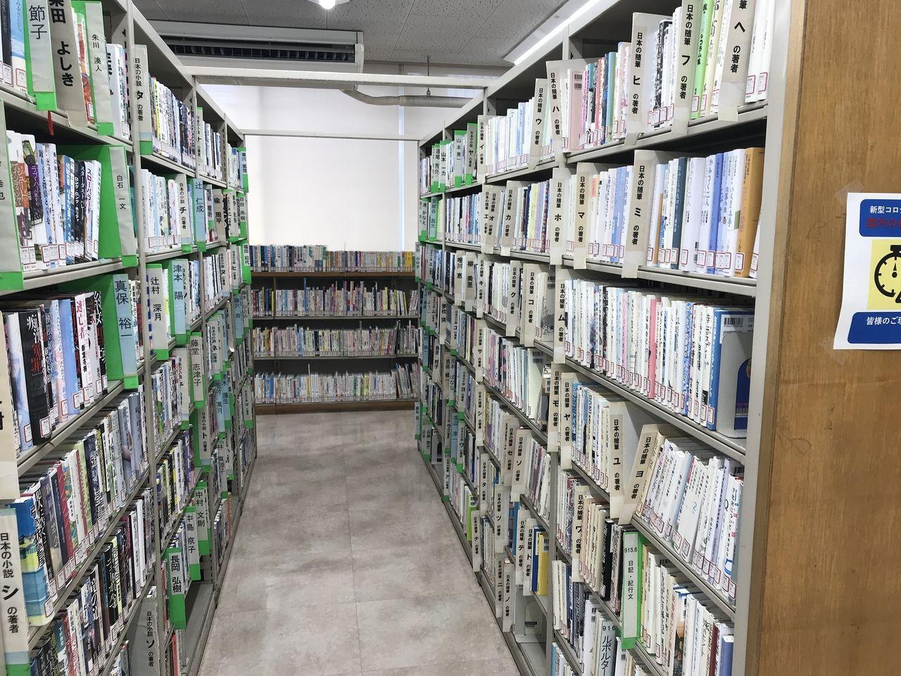 南行徳図書館の小説の棚