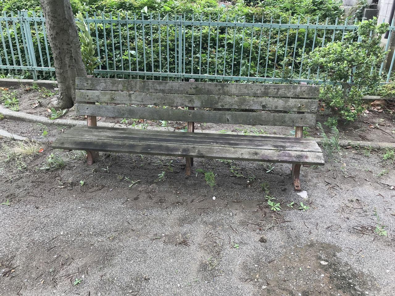 南行徳の今井橋公園の古いベンチ