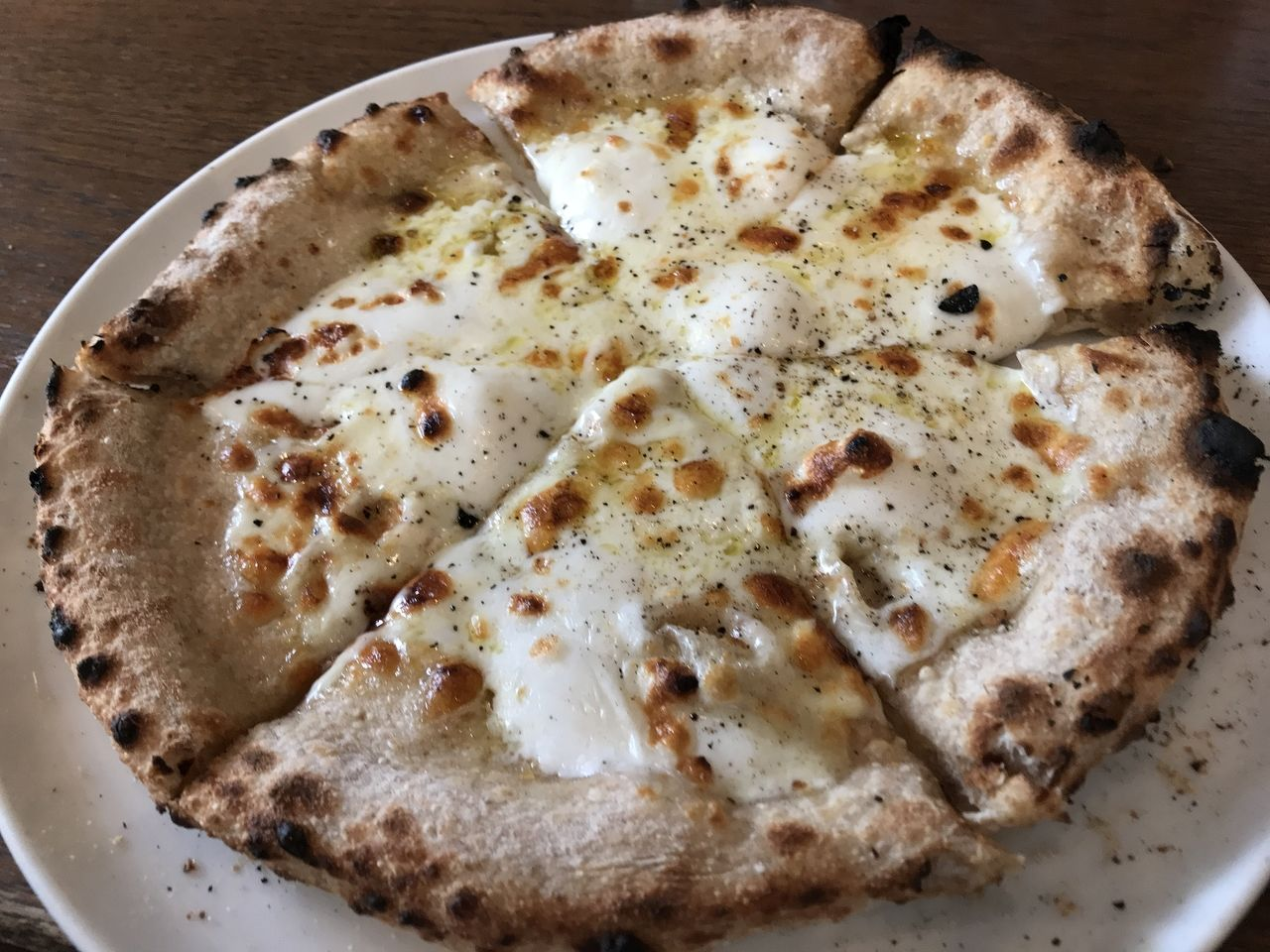 トラットリアレプロットの3種のチーズピザ